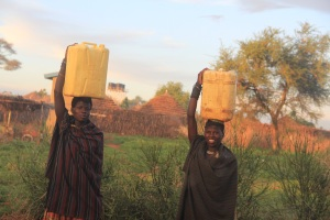 Women in Uganda carry water (photo: C. Tsimpo)